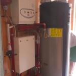 powietrzna pompa ciepła połączona z kotłem gazowym i kominkiem z płaszczem wodnym przez hydrauliczny rozdzielacz strefowy